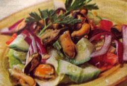 Simpukkasalaattia sitruunakastikkeella