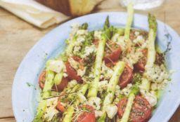 Uunitomaatit parsan ja vuohenjuuston kera
